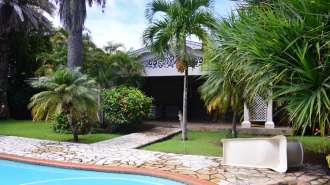 Spacious 4 bedroom villa + 1 office with a very large garden in Pereybere