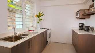 Duplex de deux chambres à coucher avec une salle de bain, une cuisine, un coin télévision et une terrasse.